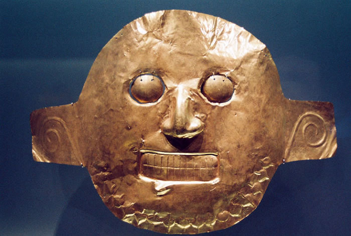 This gold mask belongs to Calima culture.