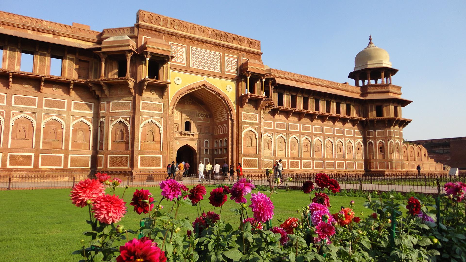 beautiful picture of taj mahal's gate