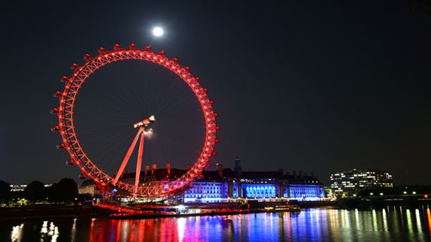 london eye at night with red colour