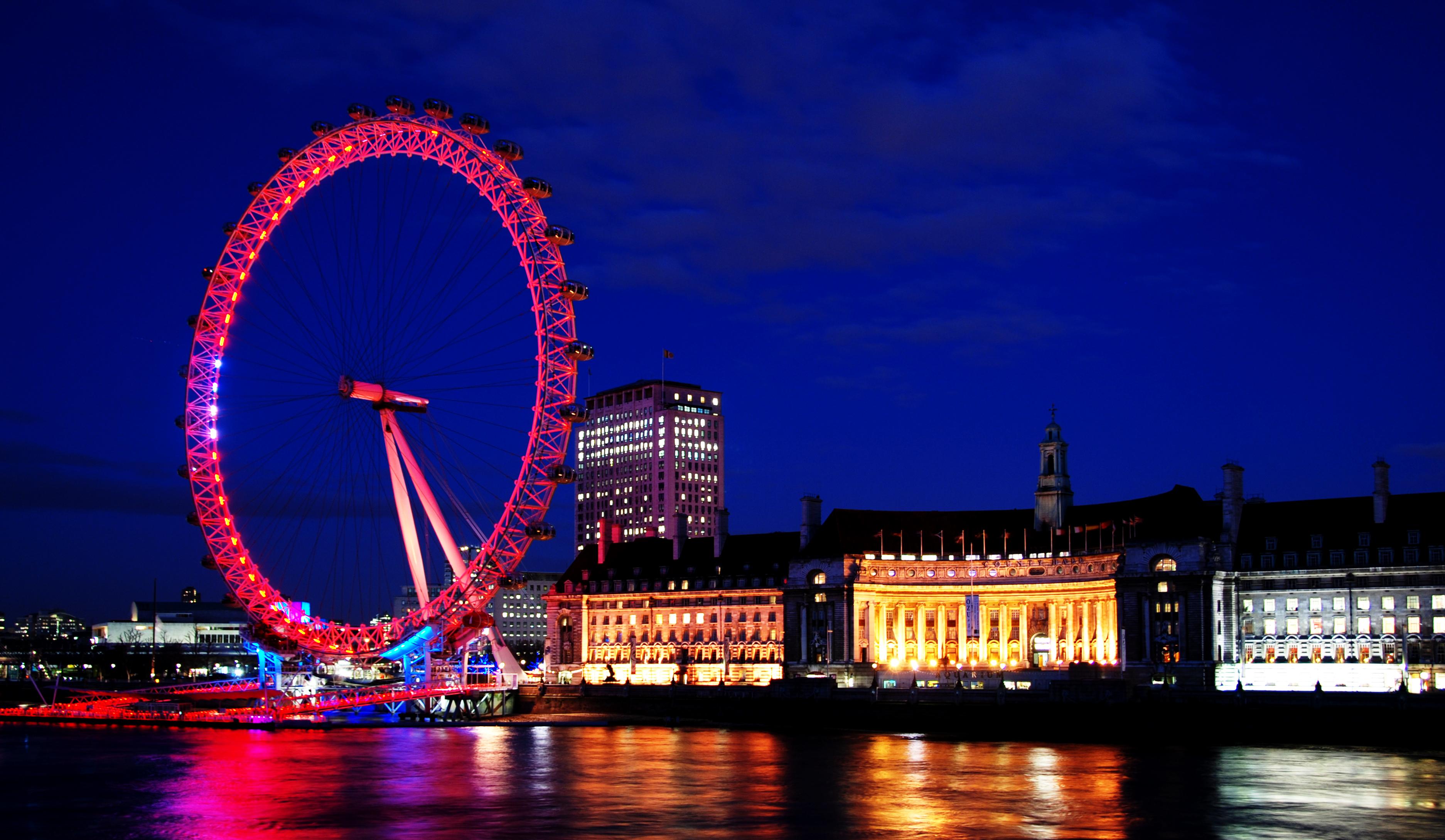 red light on london eye at night