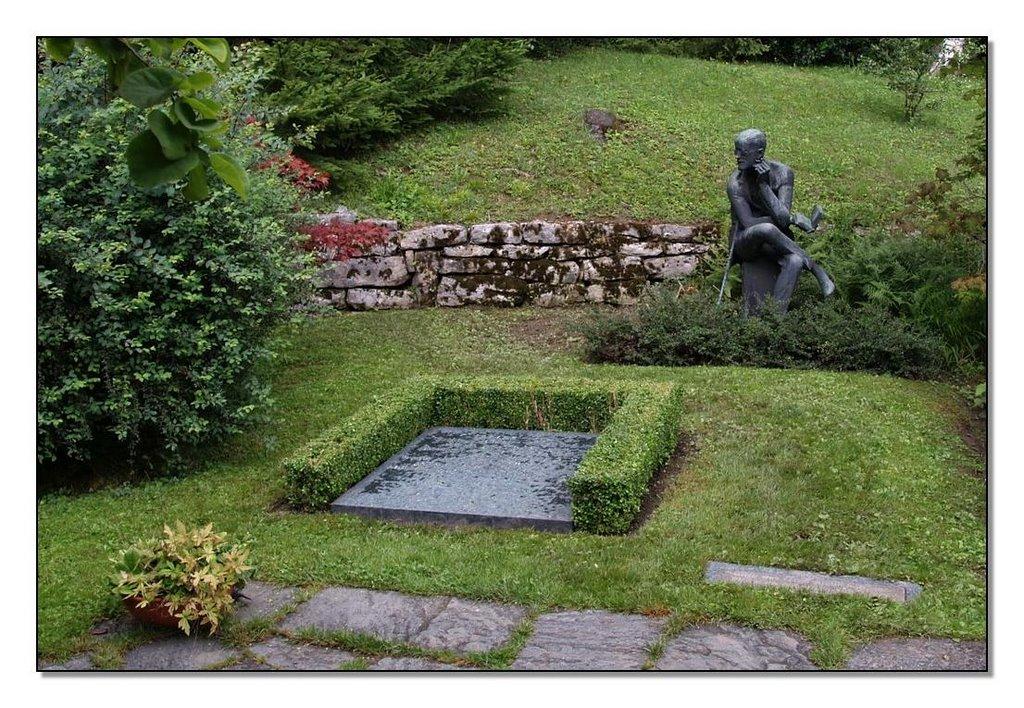 fluntern cemetry zurich statue of joyse