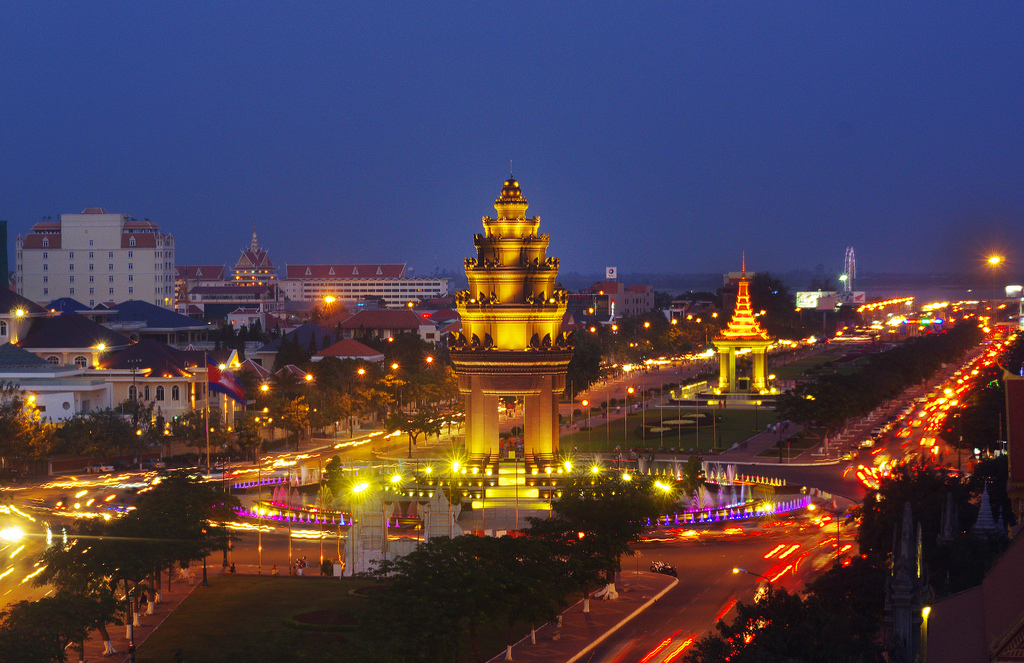 phnom-penh-independense-monoment at night