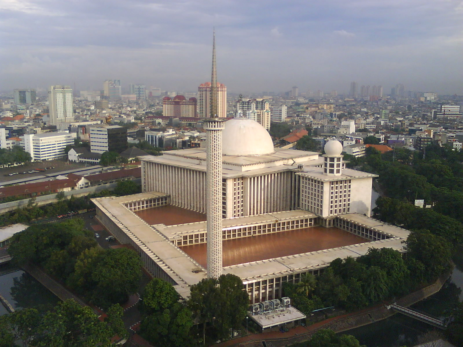 istiqlal mosque outside